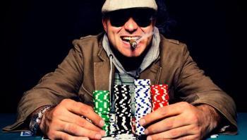 Mann mit Casinochips